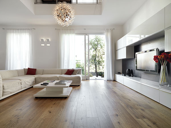 White effect and low mold fixings complete a stunning living room with balcony.